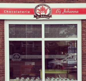 <span>Window graphics Chocolaterie Bij Johanna</span><i>→</i>
